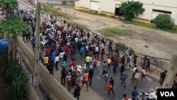 Caixão de Inocêncio Matos, estudante angolano morto na sequência da manifestação de 11 de novembro, é levado para o cemitério da Mulemba, Luanda. 28 nov 2020