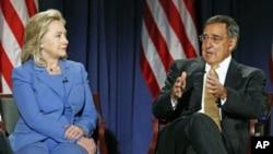 图为国务卿克林顿和美国国防部长帕内塔8月16日参加位于华盛顿特区的美国国防大学举办的电视对话活动