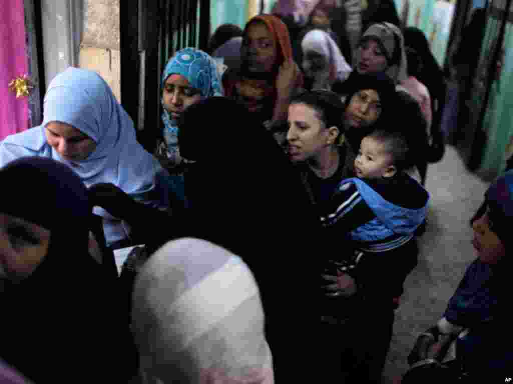 Egyptian women line up to vote at a polling center during the third round of the elections for Egypt's parliament, in Qalyobeia, on January 4, 2012. (AP)
