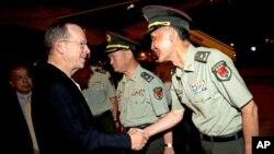 9일 밤 중국 베이징에 도착한 마이크 멀린 미 합참의장이 중국 관계자들과 인사하고 있다.