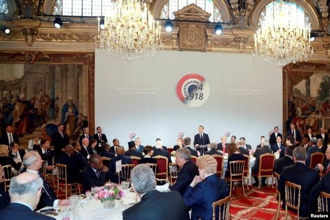 El presidente francés, Emmanuel Macron, pronuncia un discurso antes de un almuerzo en el Palacio del Elíseo, durante las conmemoraciones del Día del Armisticio, 100 años después del final de la Primera Guerra Mundial, en París, Francia, el 11 de noviembre de 2018.