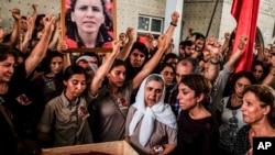 터키 군의 공격으로 사망한 쿠르드족 반군 장례식장에 모인 쿠르드족들이 터키 정부에 항의하고 있다.