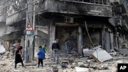 حلب کا شہر اور مضافاتی علاقے فضائی حملوں سے کھندر بن چکے ہیں۔ فائل فوٹو