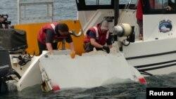 امریکی کمپنی کے جہاز پر کئی چھوٹی لیکن جدید آب دوزیں موجود ہیں جن سے سمندر کی تہہ میں طیارے کا ملبہ تلاش کیا جائے گا۔ (فائل فوٹو)