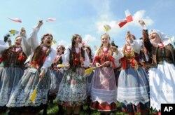 波兰民族舞蹈者为迎接天主教教宗方济各来访而彩排(2016年7月27日)