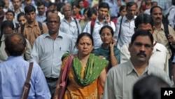 10月31號早上,印度孟買的人們坐火車前往各自的目的地