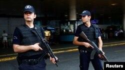터키 이스탄불 공항 자살 폭탄 테러가 발생한 지 이틀이 지난 30일 무장경찰들이 공항 주변을 지키고 있다.