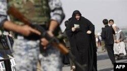 Binh sĩ Iraq đứng gác khi người Hồi giáo Shia đi hành hương tới thành phố Karbala, 01/2/2010