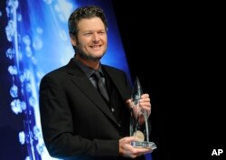 Blake Shelton poses in the press room with the award for Male Vocalist of the Year at the CMA Awards, Nov. 5, 2014, in Nashville, Tennessee.