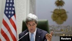 Menteri Luar Negri Amerika Serikat John Kerry dalam konferensi pers di kantor Kementerian Luar Negeri Arab Saudi di Riyadh (4/3).