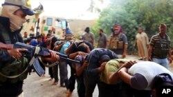 Militan Irak menunjukkan foto para tentara Irak yang mereka tangkap dalam website mereka (14/6).