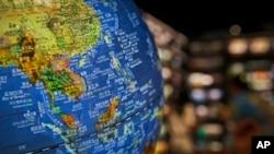 北京一家書店地球儀顯示中國在南中國海所謂九段線內的主權聲索島嶼。