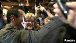 El candidato opositor venezolano Henrique Capriles saludo a sus correligionarios durante un mitín.