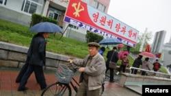 지난 6일 북한 평양 4.25 문화회관 주변에 7차 노동당 대회 개최를 알리는 간판이 걸려있다. (자료사진)