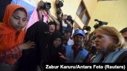 Wakil Menlu AS bagi urusan Populasi, Pengungsi dan Migrasi Anne Richard, kanan, mengunjungi migran Rohingya di tempat penampungan sementara di Kuala Cangkoi, Lhoksukon, Aceh (2/6).