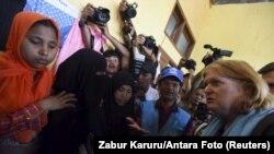 美国国务院主管人口、难民和移民事务局的助理国务卿安娜·理查德(右)在印尼亚齐省的一个临时庇护所访问罗兴亚难民(2015年6月2日)