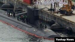 13일 한국 해군작전사령부가 부산기지에서 미국 해군 신형 핵추진 잠수함 미시시피호(7천800t급) 입항을 환영하는 행사를 열고 있다