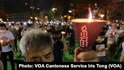 參與六四31周年維園燭光集會的市民高舉燭光,為六四屠城死難者默哀一分鐘 (攝影:美國之音湯惠芸)
