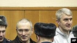 前尤科斯石油公司的首席執行官霍多爾科夫斯基( 中)偷竊石油的罪名成立。