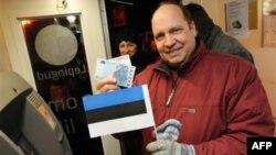 Новогоднаяя ночь: житель Эстонии с банкнотами евро.