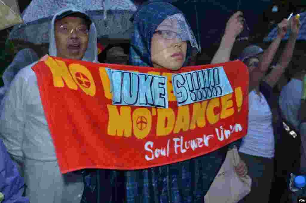 Протестувальник з плакатом.