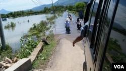 Banjir masih menggenangi kawasan pemukiman di pinggiran Banda Aceh hari Rabu, 5/11 (foto: VOA: Budi Nahaba).