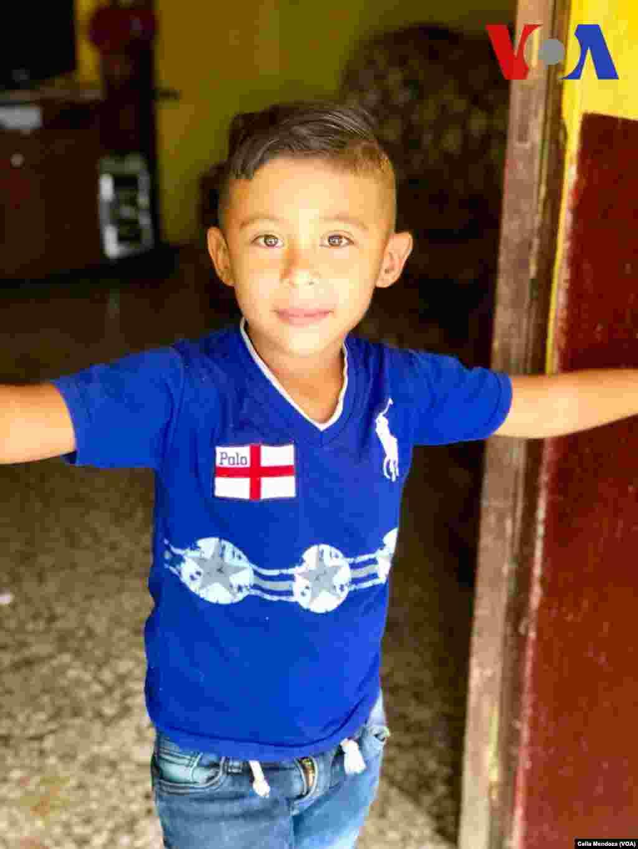 Un niño miembro de la familia de Yeni