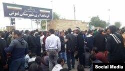 تجمع کارگران نیشکر هفت تپه در شهرستان شوش علی رغم برخوردهای قضایی و امنیتی در روز دوشنبه ۲۸ آبان نیز ادامه یافت.