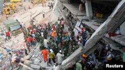 25일 방글라데시 다카 외곽인 '라나 플라자' 건물 붕괴 사고로 무너진 건물 잔해에 깔려있는 피해자 구조작업 중인 구조원들.