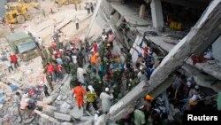 Petugas SAR masih berusaha mencari korban selamat yang terjebak di antara reruntuhan bangunan di kota Savar, Bangladesh.