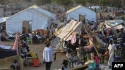 2013年12月22日南苏丹人们聚集在联合国临时营地