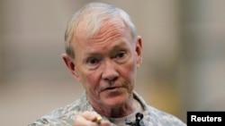 2013年4月25日,美国参谋长联席会议主席邓普西上将在日本东京横田空军基地对美国军人讲话