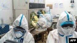 Des membres de l'Université nationale des sciences et technologies (NUST) travaillent dans un centre de test de laboratoire COVID-19 à l'hôpital Mpilo de Bulawayo, Zimbabwe, le 25 avril 2020.