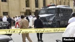 26일 폭탄 공격이 발생한 쿠웨이트 시티의 시아파 이슬람 사원 주변에서 경찰이 출입을 통제하고 있다.