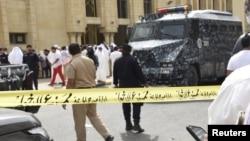 Cảnh sát quây rào xung quanh đền thờ Hồi giáo Imam Sadiq Mosque sau vụ nổ bom ở khu vực Al Sawaber, Thành phố Kuwait, 26/6/2015.
