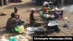 Les femmes préparent des morceaux de poisson Ndagale péchés dans le lac Tanganyika (VOA/ Christophe Nkurunziza).