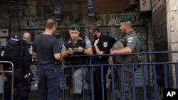 یروشلم کے قدیم علاقے کے داخلی راستے پر قائم اسرائیلی چوکی جہاں فلسطینی شہریوں کی دستاویزات کی جانچ پڑتال کی جارہی ہے