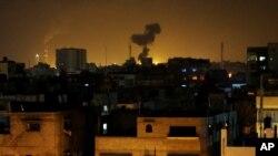 Khói bốc lên sau một vụ tấn công tên lửa của Israel tại Beit Lahia, miền bắc Dải Gaza, ngày 7/7/2014.