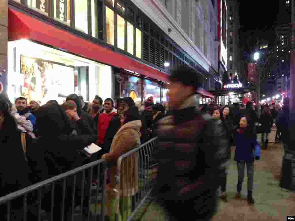 The crowd outside Macy's Herald Square in New York ahead of the store opening on Thanksgiving, Nov. 28, 2013. (Sandra Lemaire/VOA)