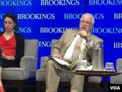 前美驻华大使芮效俭回答美国之音记者的提问 (美国之音莉雅拍摄)