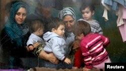 叙利亚妇女和孩童在索非亚一处难民中心等待保加利亚红十字会的志工提供人道援助物资(2013年12月17日)