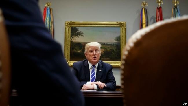 """Tổng thống Mỹ Donald Trump tuyên bố cân nhắc """"cắt đứt mọi quan hệ thương mại với bất kỳ quốc gia nào làm ăn với Bắc Hàn""""."""