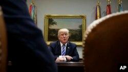川普总统在白宫椭圆形办公室与国会领导人会面期间讲话。(2017年9月6日)