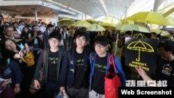 學聯成員日前在香港機場被告知回鄉證被註銷 (蘋果日報視頻截圖)