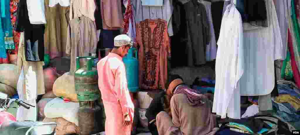 کوئٹہ کے پرانے کپڑوں کی مارکیٹ میں بڑی تعداد میں مزدور اپنے بچوں کو عید کی خوشیوں میں شامل کرنے کے لیے پرانے اور استعمال شدہ کپڑے سستے داموں خریدتے نظر آرہے ہیں۔