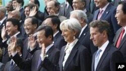 ລັດຖະມົນຕີການເງິນຂອງສະຫະລັດ ທ່ານ Timothy Geithner (ຂວາ) ລັດຖະມົນຕີເສດຖະກິດຝຣັ່ງ ທ່ານນາງ Christine Lagarde (ທີ 2 ຈາກຂວາ) ແລະລັດຖະມົນຕີການເງິນເກົາຫຼີໃຕ້ ທ່ານ Yoon Jeung-hyun (ທີ 3 ຈາກຂວາ) ຖ່າຍຮູບຮ່ວມກັນ ກັບບັນດາລັດຖະມົນການເງິນ ແລະຫົວໜ້າທະນາຄານກາງ ຂອງກຸ່ມຈີ