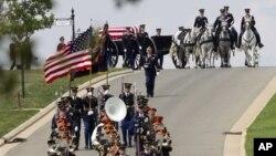 Suasana upacara pemakaman di Taman Makam Pahlawan di Arlington (Foto: dok). Peti jenazah anggota militer yang hendak dimakamkan di Taman Makam Pahlawan ini diletakkan diatas kereta yang ditarik sekelompok kuda untuk di semayamkan di tempat peristirahatannya yang terakhir (foto: dok).