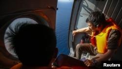 Nhân viên quân sự Việt Nam tìm kiếm chiếc máy bay chở khách Malaysia bị mất tích ngoài khơi đảo Thổ Chu, ngày 10/3/2014.