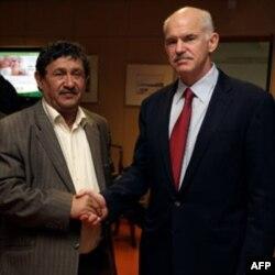 Gretisya Bosh vaziri Jorj Papandreu Liviya muvaqqat Tashqi ishlar vaziri Abdul-Ati al-Obidiy bilan, Afina 3 aprel 2011