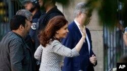 La expresidenta argentina Cristina Fernández de Kirchner tiene impedido salir del país.
